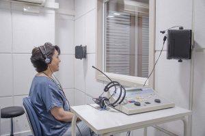 paciente en sala de audiometría