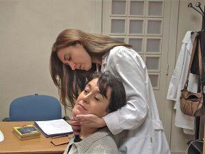 Paciente y especialista en prueba centro otoneurológico