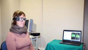 paciente centro otoneurológico realizándose una prueba