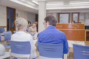 pacientes del centro otoneurológico de Valencia en la sala de espera