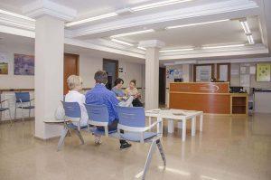 pacientes esperando en el centro otoneurológico